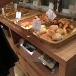 バケット - 食べ放題のパンコーナー2