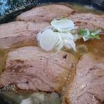 Adumaza - 丼一面に敷き詰められた炙りチャーシューは柔らかくて美味しい\(^^)/