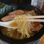 Adumaza - 縮れ細麺は柔らか目の量少な目ですな。