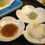 8768013 - 天ぷら用の山椒塩、梅肉、大根おろし
