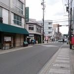 東座 - 裏通りにポツンとある店舗。目立つ装飾は無し