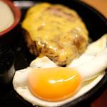 87681275 - 国産牛100%ハンバーグ(150g)+チェダーチーズ+目玉焼き 1260円