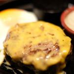 87681298 - 国産牛100%ハンバーグ(150g)+チェダーチーズ+目玉焼き 1260円