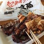 87696731 - 食べやすく切ってくれて、串で食べます。