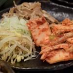 焼肉ホルモン 龍の巣 - 前菜3種はナムル