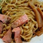 らーめん香澄 - 混ぜ混ぜした麺とチャーシュー