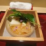 87701805 - (2018年6月 訪問)先付け。山芋寒・北海道の雲丹・伊勢海老・空豆。優しい口当たりで全体のバランスが良い先付けでした。