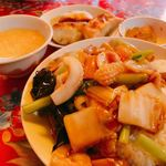 ニーハオ - ランチセットの海鮮丼と焼き餃子 680円(税込み) 美味しいですよ!