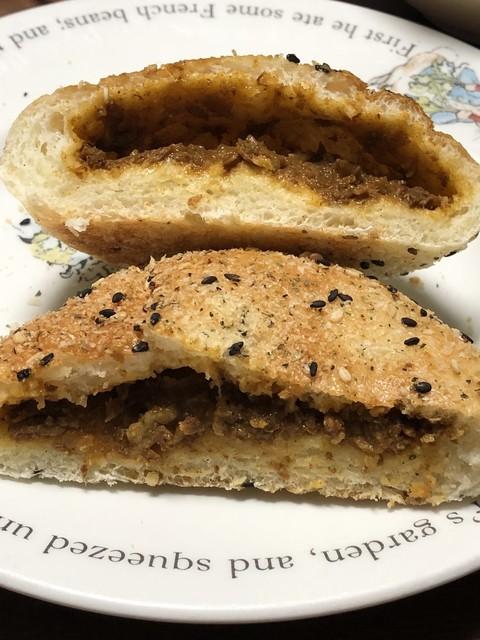 ベーカリー トム - 香草パン粉の焼きカレーパンの断面