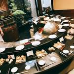 割烹 天ぷら 三太郎 - 丁寧な対応の女性店員に凛とした料理人の御挨拶~後ろには手の込んだ庭園 が見えて素晴らしい雰囲気!