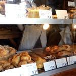 ベーカリー ブレッド & グラス - 興味津々のパンたち