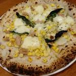 ピッツエリア フミ - ツナとコーンのチーズソース