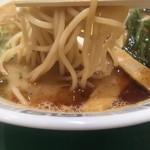 桂花ラーメン - エッジの効いた角麺
