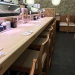 さんきゅう水産 - 入ってすぐの長いカウンター席(2018.6.17)