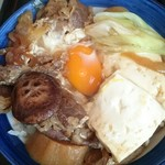 そば処津知屋 - 具は牛肉・豆腐・ネギ・玉ねぎ・ 椎茸・糸こんにゃく・麩・生卵