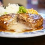 重亭 - ハンバーグステーキ断面からは肉汁がジュワっと