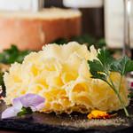 ピッツェリア ピアット - お花のチーズ テットドモワンヌ