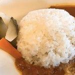 カフェ&レストラン BERG - ベルク特製チキンカレーのライスの横にはピクルス