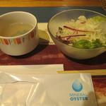 ガンボ&オイスターバー - 牡蠣スープとコールスローサラダ