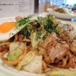 紀ノ川 - 和牛ホルモン焼きそば(太麺、卵のせ)