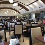 山形屋食堂 - 昭和7年当時の店内を再現している店内。アーチ型の天井と200席くらいの広い店内
