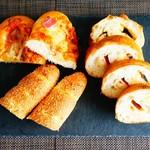 Johan - 左:ジャガイモとベーコンのパン、中:スパイシーカレーパン、右;スパイシーフランスパンスパイシーフランスパン