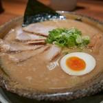 越後秘蔵麺 無尽蔵 - 料理写真:豚骨醤油チャーシューめん(税込982円)