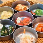 焼肉・冷麺 二郎 - 季節野菜のキムチ、ナムル盛り