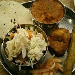インド村 - チキンターリー。サラダ・パパド・・ライス・ジュース付1400