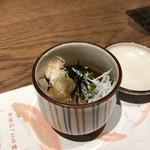 地きんめ鯛専門 銀座 はなたれ - お通しの、ズワイ蟹としらすの揚げ出し豆腐