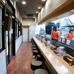 麺処 大安商店 - カウンター席のみのシンプルな空間