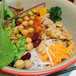 タニタカフェ - 蒸し鶏とお豆のトマトソースのもち麦サラダボウル