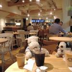 ベシャメルカフェ - 店内は広めでゆったりしてて落ち着いた雰囲気だよ。セルフスタイルのカフェなので、入り口すぐのカウンターで注文&お会計をしてドリンクだけ先に受け取って席に。ボキはアイスコーヒー、ちびつぬは白いカフェオレ。