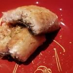 87777488 - ⑪鰻(福岡県博多湾産)の白焼き                       どうやら稚鮎をしっかり食べて脂がのっています。                       野生で生き抜いてきた大物らしく皮は厚く噛み応えがあります。                       そして皮下の脂は滋味深く、濃厚なコクと旨みが楽しめました。