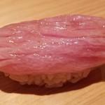 87777503 - ⑥本鮪(長崎県壱岐産58kg)大トロ                       前回と比べて魚が若いので、脂の旨みが拡がりやすい様に包丁を入れてあります                       食べてみて切り分け時の所作に納得致しました                       シャリは人肌より温かくより脂の旨みを感じる品
