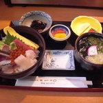 8778537 - ちらし寿司。には吸物代わりでミニうどんがついてきます。