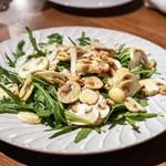 legno - ☆ホワイトマッシュルーム、胡桃、ペコリーノのサラダ 1100円