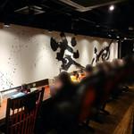 札幌 炎神 - カウンター席:BGMに合わせてノリノリで食べている女性がいました!!