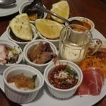 イタリア食堂 ジラソーレ - アサリのワイン蒸し+プレート皿のオードブル