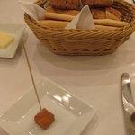 ラ ブラスリー - パンとアミューズ:パン4種類とフォアグラとリンゴの一口テリーヌ