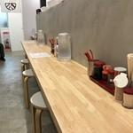 肉そば麺達 - 2つに分かれるカウンター席、奥の方のカウンター手前に座ります(2018.6.18)
