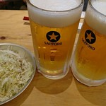 アメリカ - お通しの塩ダレ千切りキャベツと生ビールアメリカ