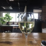 87806562 - ランチ フリードリンクのワイン 一杯目…