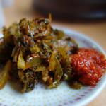 西谷家 - セルフコーナーの辛子高菜と辛味噌。