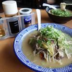 西谷家 - チャンポン730円。 味変用のブラックペッパー・ウスターソース・酢も添えられてきます。