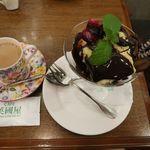 カフェ 英國屋 - 渋皮マロンのチョコレートパフェとカフェ・オーレ