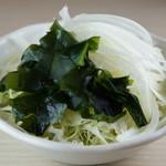 よいまち食堂 - わかめと玉ねぎのサラダ