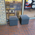 麺処 井の庄 - 店外のウェイティングスペース