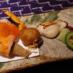 沖縄そば懐石 尊尊我無 - 酒肴:赤仁炭焼、棘鋸ガザミ香煎揚