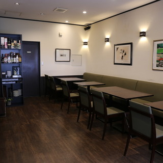 おしゃれな雰囲気の店内で、お食事とお酒をお楽しみください。